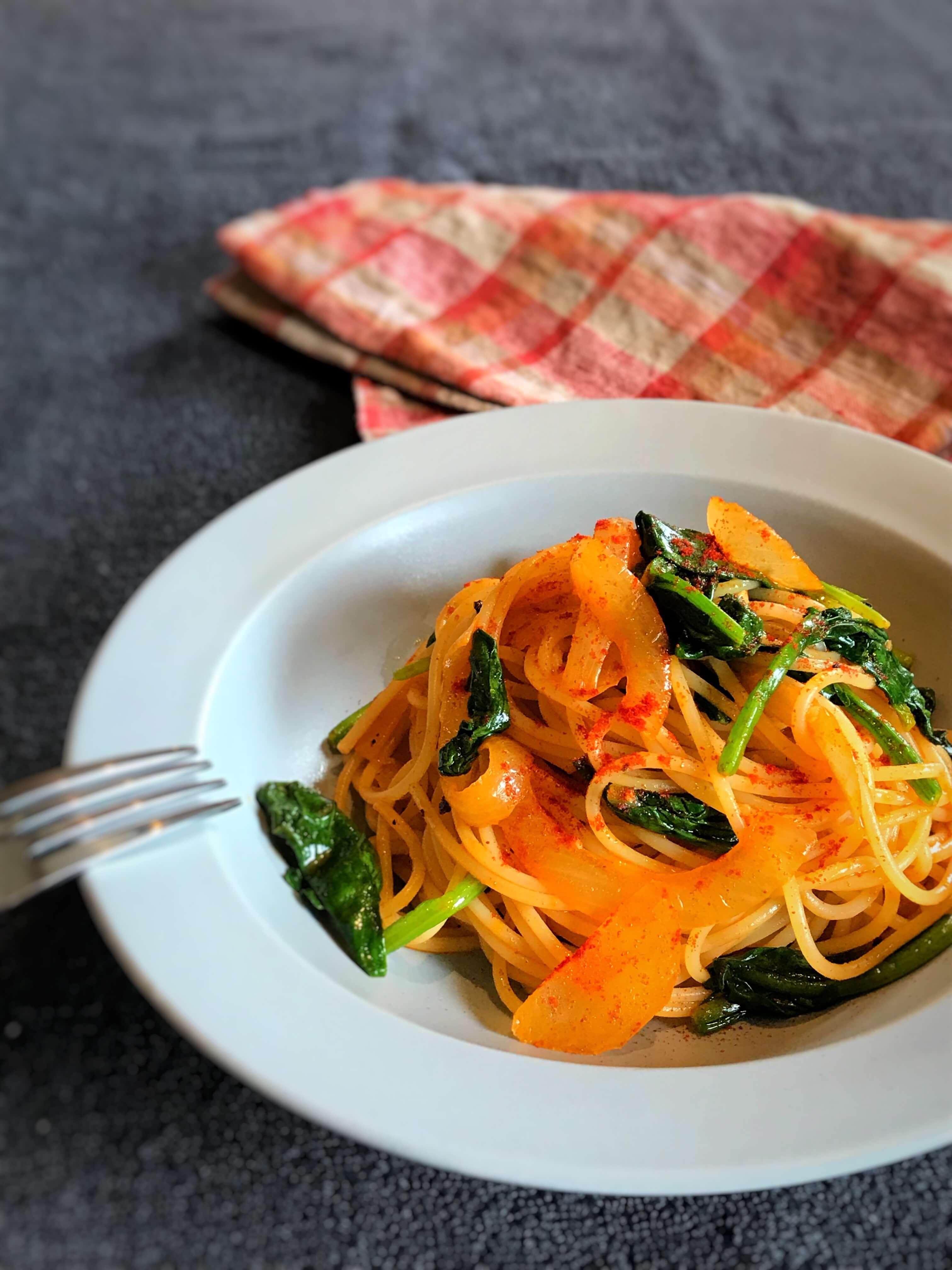 【大人の味!】ほうれん草と玉ねぎの燻製パスタのレシピ