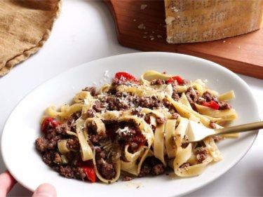 【大絶賛!】挽肉とトマトの赤ワイン煮パスタのレシピ