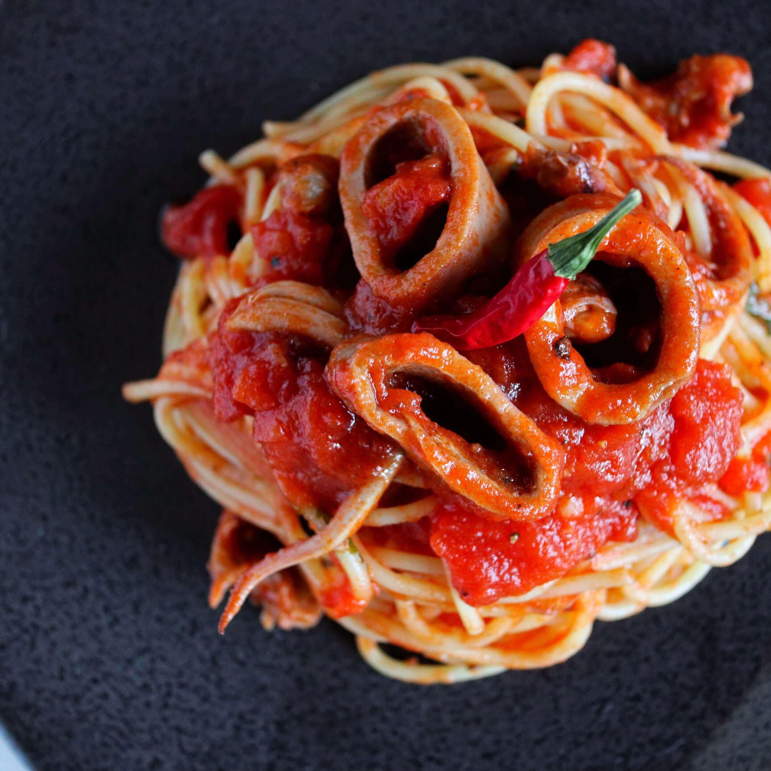 【コスパ最高】イカ缶の海鮮トマトパスタのレシピ