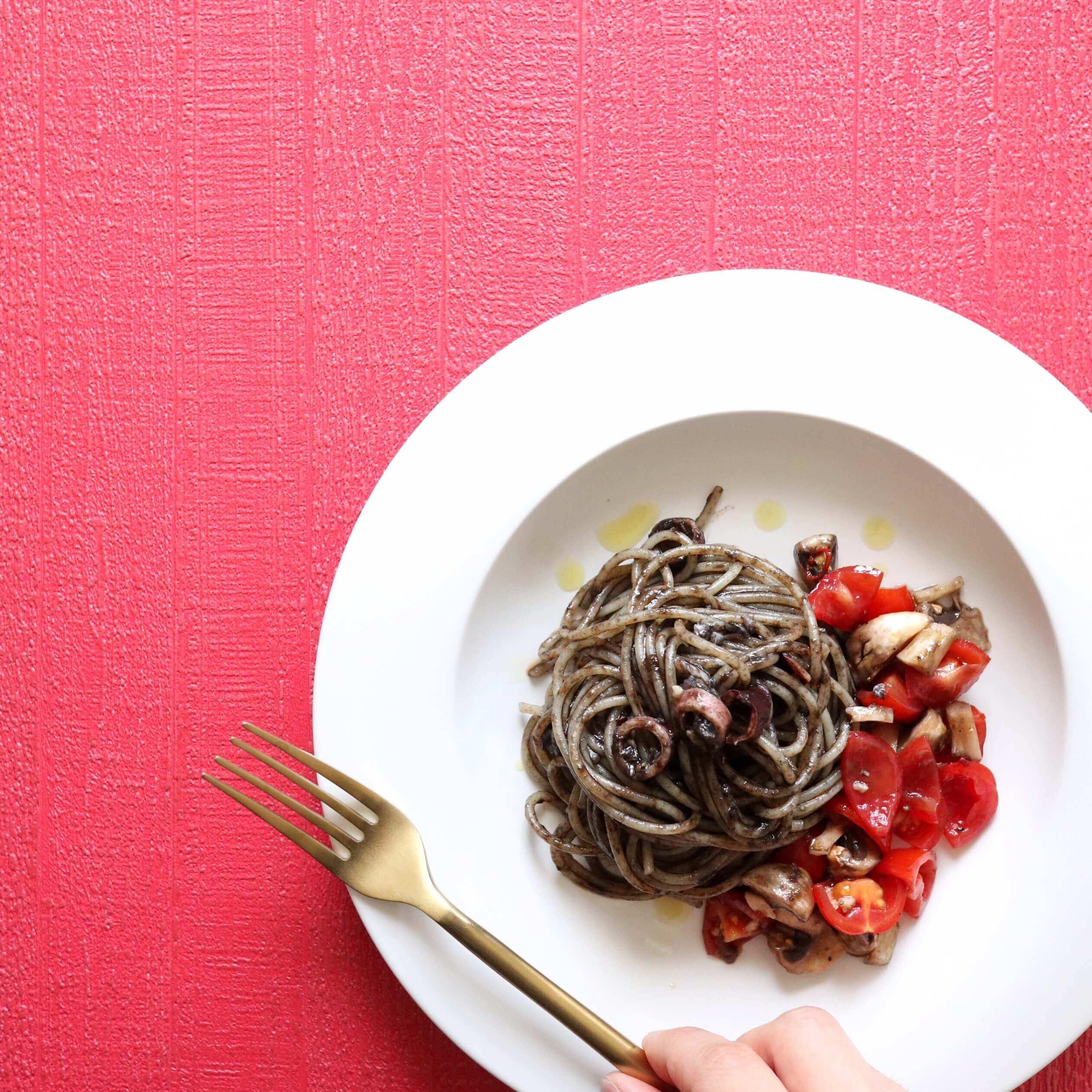 【添えて簡単!】余りもの野菜とイカスミのパスタのレシピ