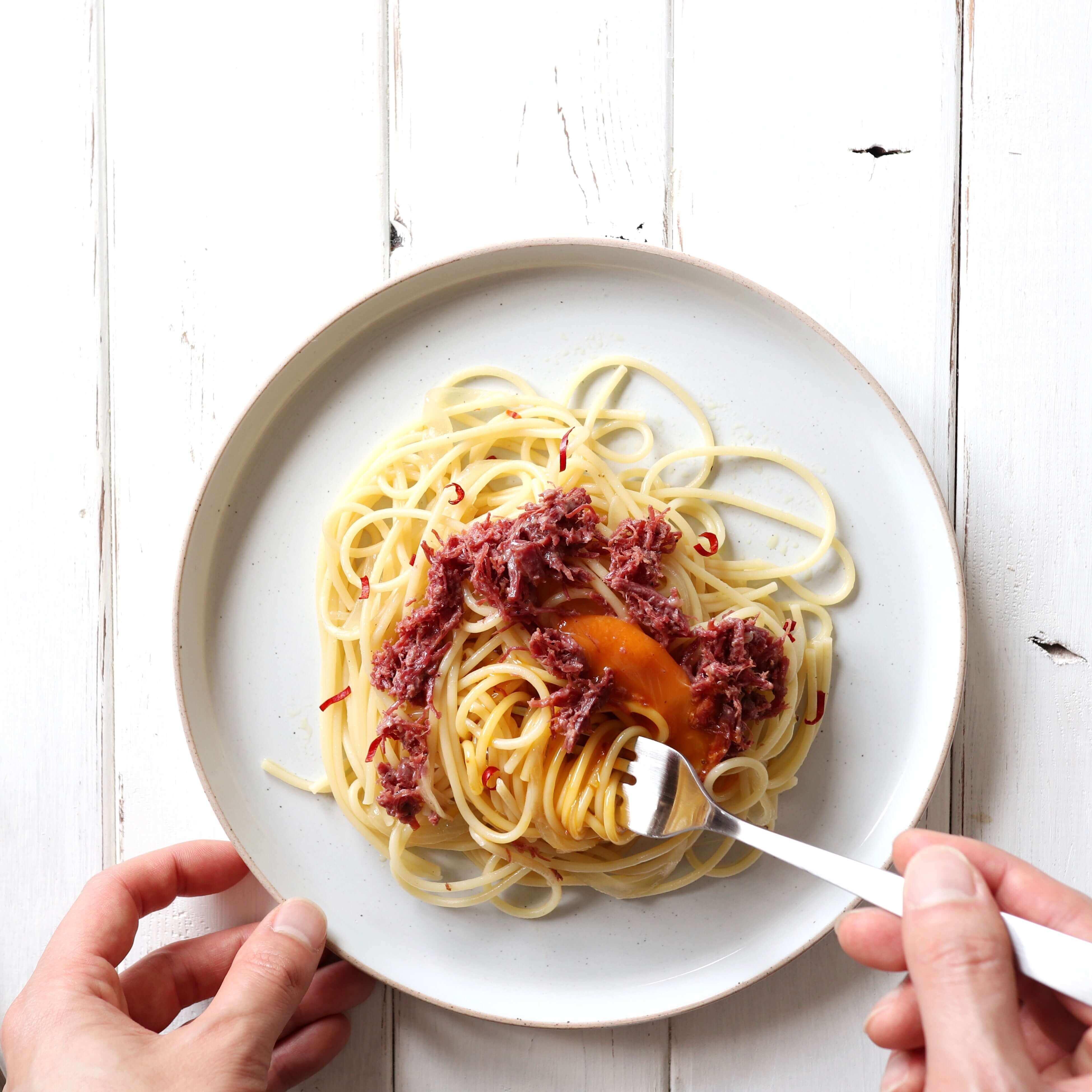 【絶品!】コンビーフと玉ねぎのオイルパスタのレシピ