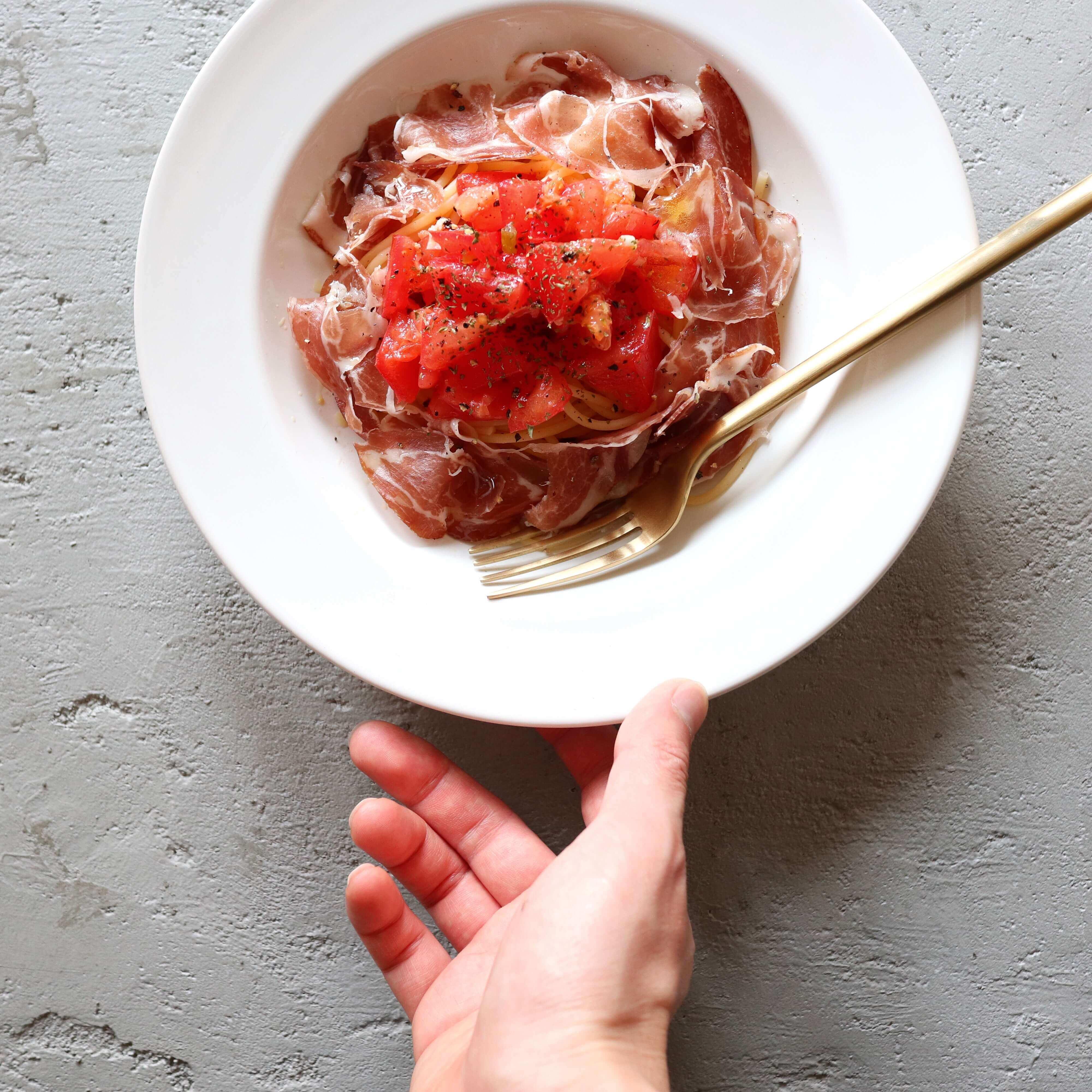 【混ぜるだけ!】生ハムとトマトのサラダパスタのレシピ