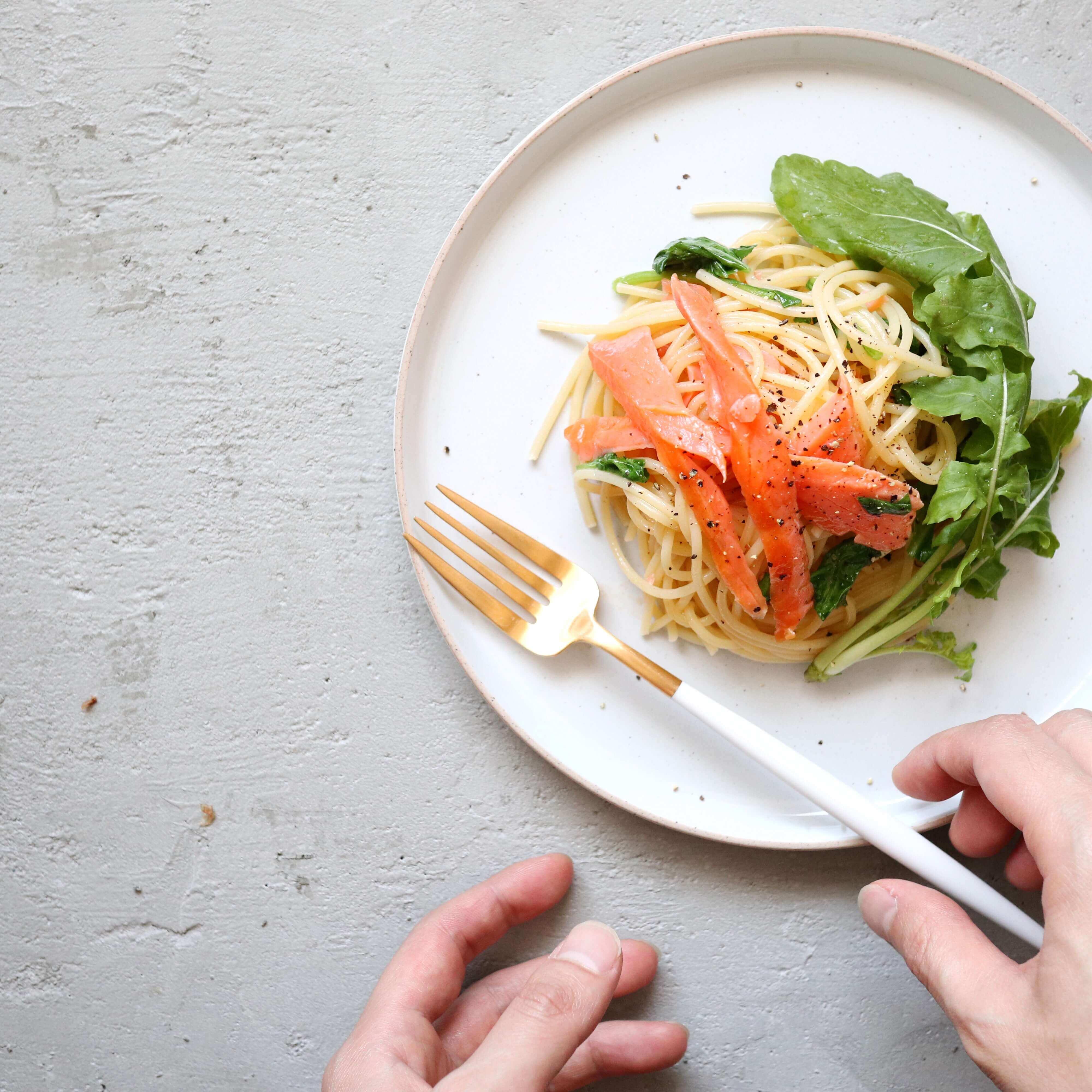 【簡単カフェランチ!】スモークサーモンとルッコラのオイルパスタのレシピ