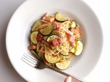 【簡単おいしい】ズッキーニとベーコンのオイルパスタのレシピ