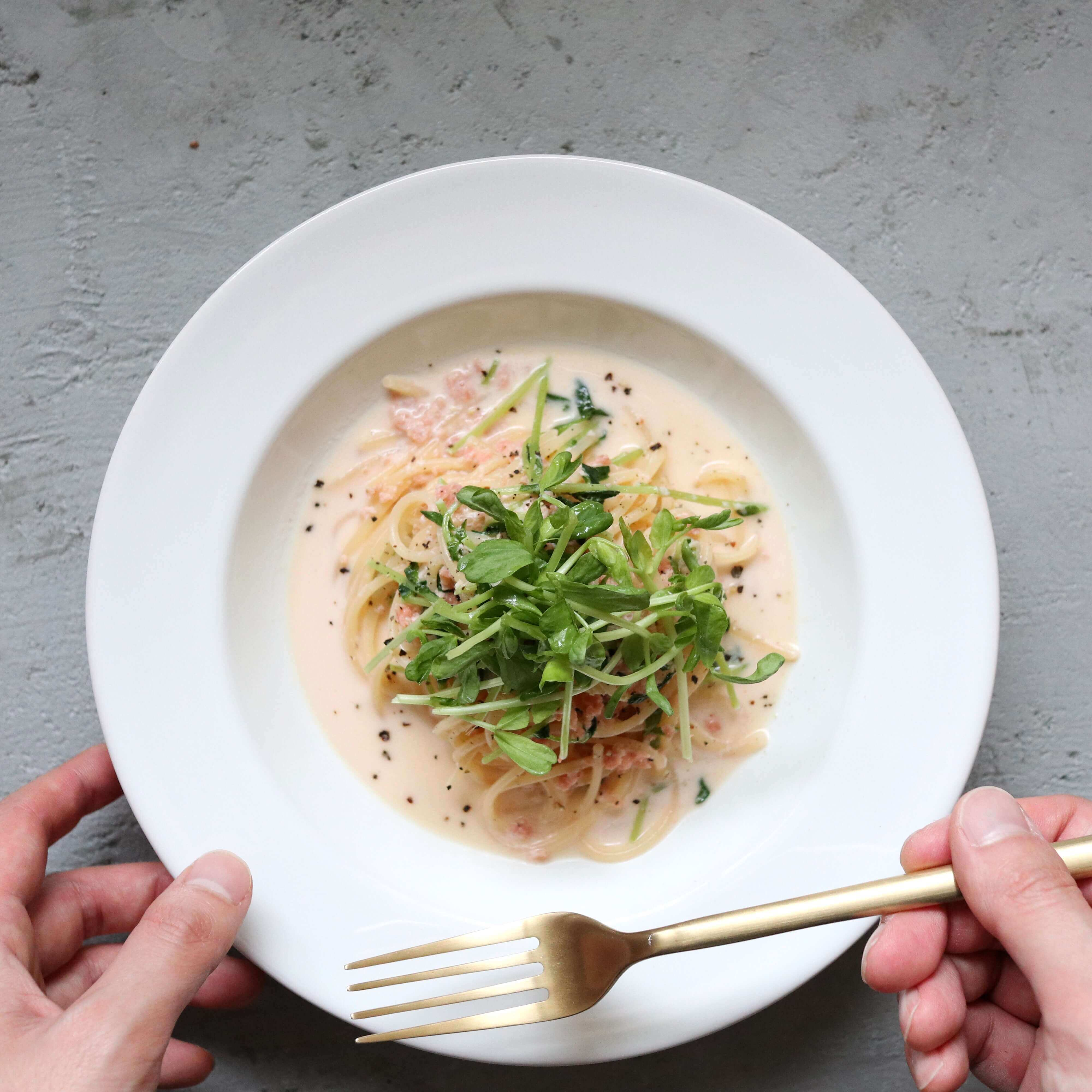 【鮭フレークで作る】鮭と豆苗のクリームスープパスタのレシピ
