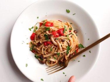 【人気の味!】ミニトマトとしめじのオイルパスタのレシピ