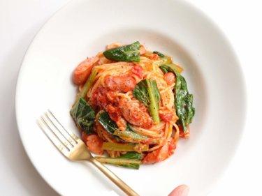 【絶品!】小松菜とソーセージのトマトパスタのレシピ