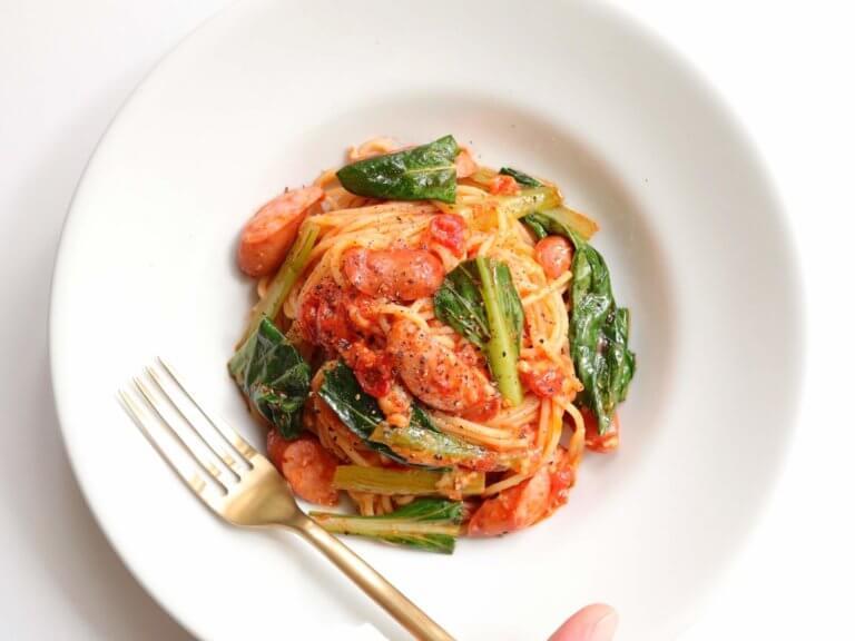 小松菜とソーセージのトマトパスタ