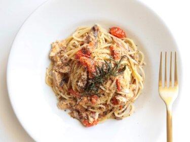 【香り華やか】鯖缶とトマトのローズマリーパスタのレシピ