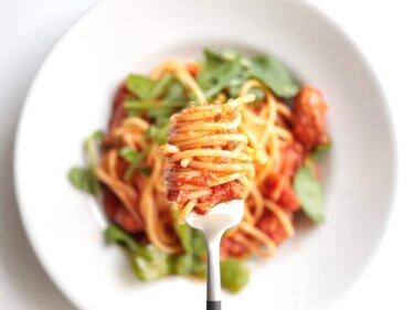 【ラクうま】ソーセージとルッコラのトマトパスタのレシピ