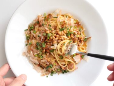 【混ぜて簡単】納豆と鰹節のカルボナーラ風パスタのレシピ