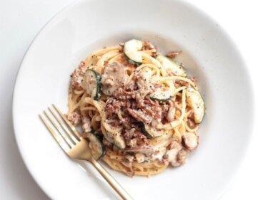 【簡単プロ味】豚肉とズッキーニのクリームパスタのレシピ