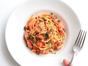 【秋の味覚】鮭としめじのトマトパスタのレシピ