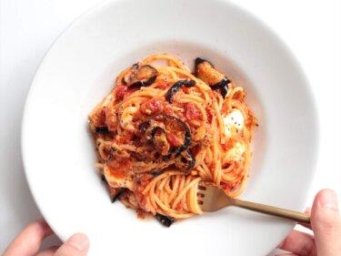 【手軽にプロ味】揚げなすとモッツァレラのトマトパスタのレシピ