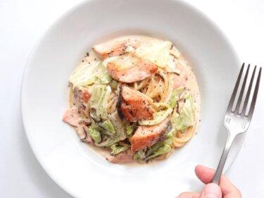 【塩昆布で簡単】鮭とキャベツのクリームパスタのレシピ